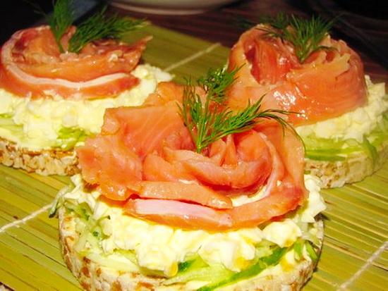 бутерброд с лососем и огурцом