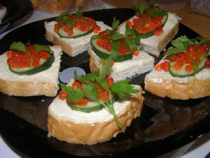Бутерброды с красной икрой и огурцом