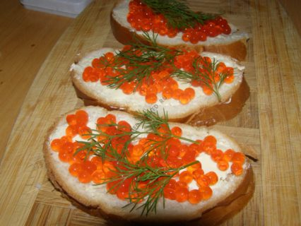 бутерброд с икрой и укропом
