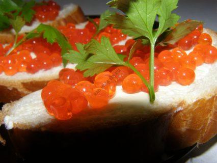 бутерброд красная икра петрушка