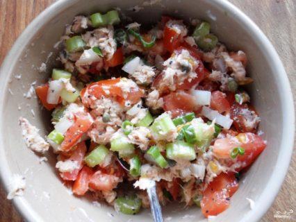 Салат с консервированной горбушей и помидорами