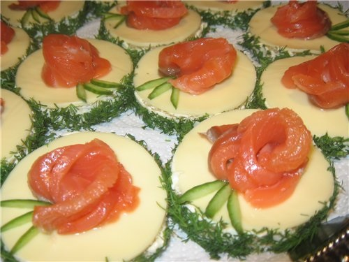 бутерброд с крабовым маслом и лососем
