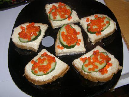 хлеб сливочный сыр икра