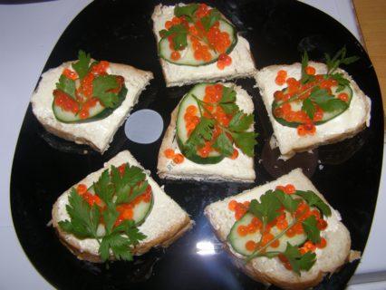 хлеб сливочный сыр красная икра петрушка