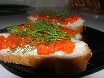 бутерброд красная икра укроп